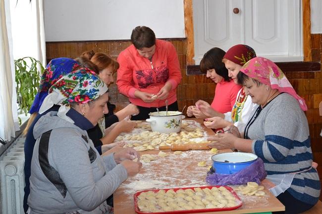 У Лугинах вчителі зліпили для військових більше 2 тисяч вареників
