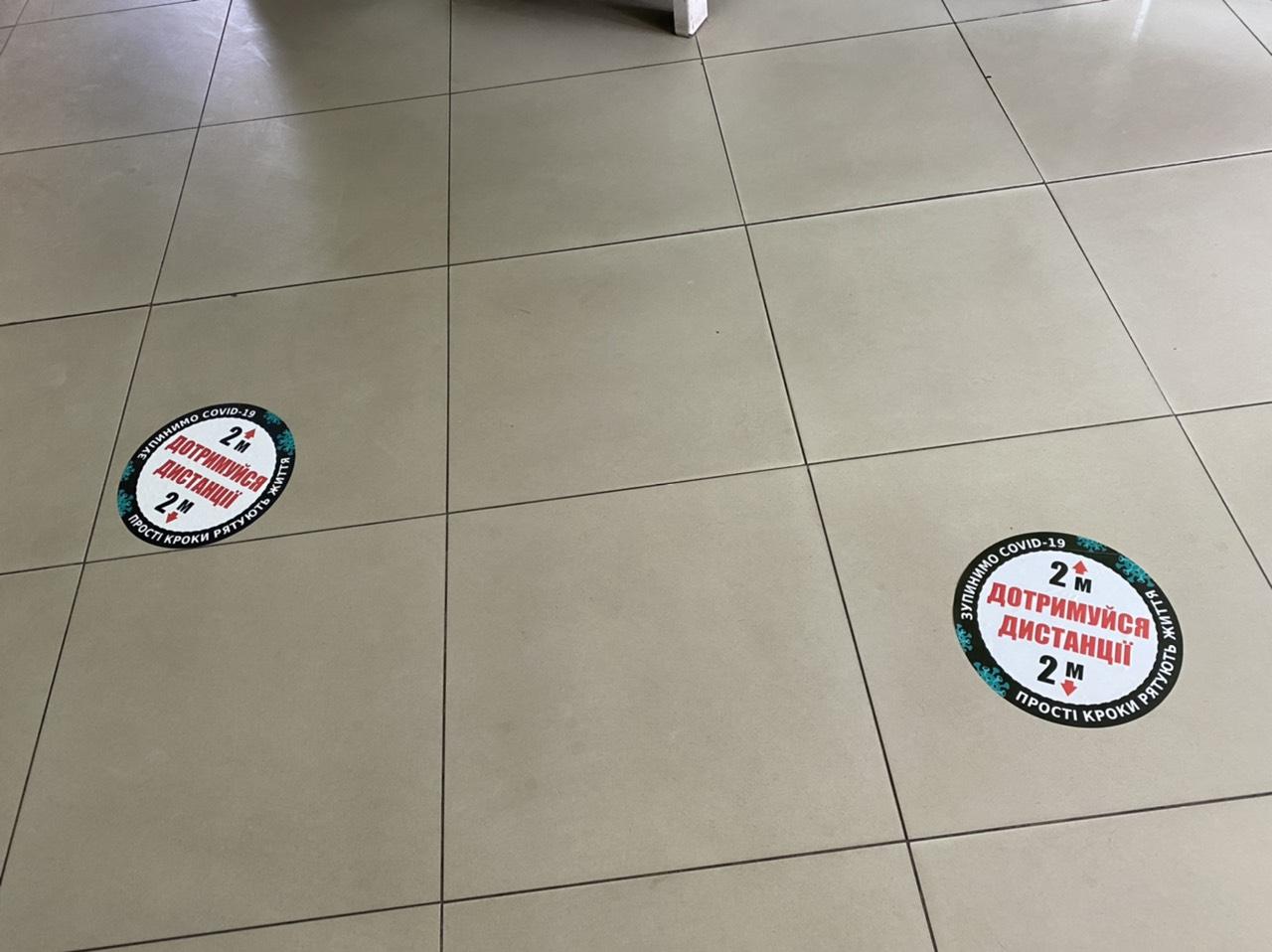 У Житомирських закладах розклеюють наліпкі Дотримання дістанції. ФОТО